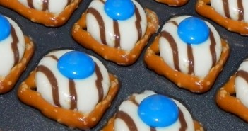 HERSHEY'S,Holiday Pretzel Buttons,recipe,snacks
