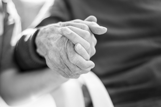 4 ways to help elderly parents maintain independence